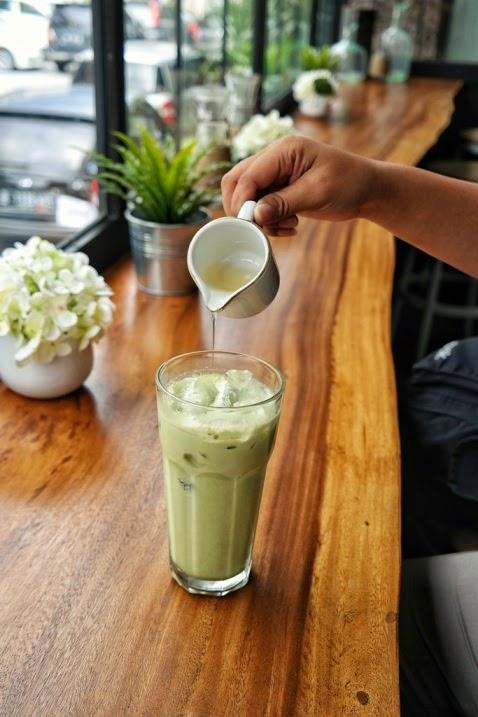 cerita makan, coffeeshop, roaster and bear, hotel harper, jogja, yogyakarta, kuliner jogja, interior, cafe, cappucno, coffee, green tea latte