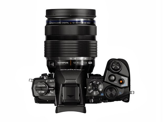 Fotografia dall'alto della Olympus OM-D E-M1 con lo zoom 12-40mm f/2.8