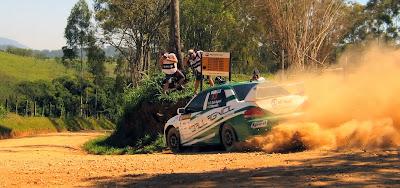 O Mitsubishi Lancer de  Fábio Dall Agnol e Gabriel Morales vem escorregando nas quatro rodas para apontar o bico da máquina na saída da curva fechada em declive. A dupla venceu a etapa de Atibaia na categoria 4x4.