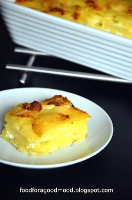 Gratin, a właściwie gratin dauphinois to nazwa francuskiej zapiekanki z ziemniaków, śmietanki i sera. Warstwy cieniuteńko pokrojonych ziemniaków poprzeplatane są kremową śmietanką z dodatkiem gałki muszkatołowej, a wierzch pokrywa chrupiąca serowa skorupka. Gratin można podawać samodzielnie, ale może pełnić też rolę efektownego dodatku do innych potraw. Przygotowanie jest dziecinnie łatwe, a efekt bardzo przyjemny. To klasyczny przykład na to jak z kilku prostych składników wyczarować coś niesztampowego.