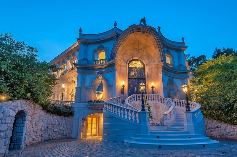 Passion for luxury french baroque beverly hills chateau for Chateau homes