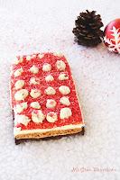 Turrón rojo de galleta, dos chocolates y avellanas