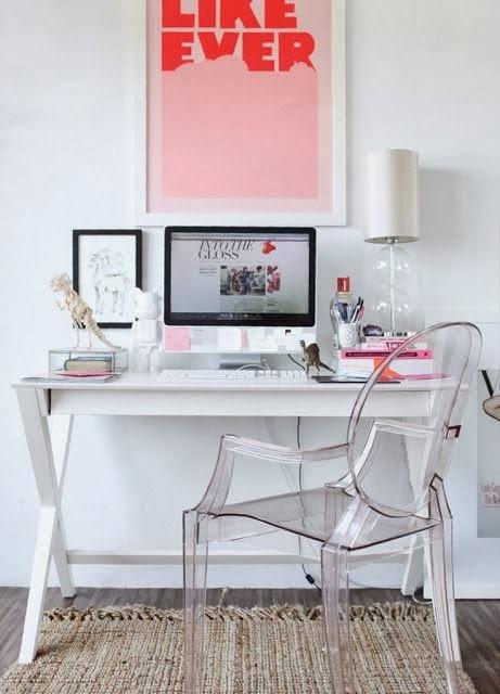 inspiração de decoração para escritório pequeno, com mural, fotos penduradas, posters