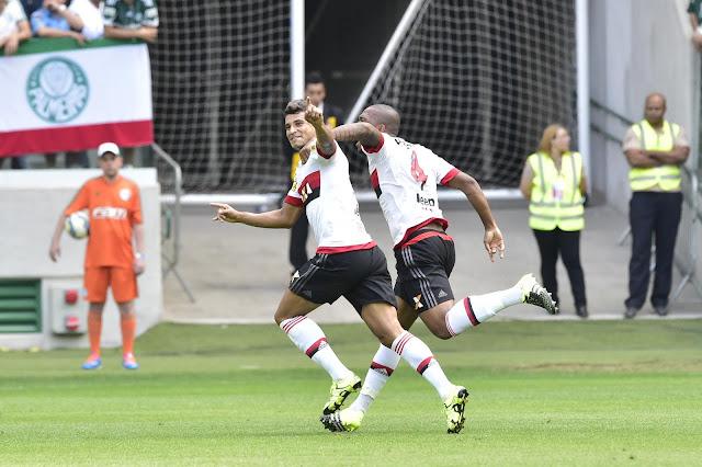 Ederson (E) virou o jogo para o Flamengo, que não conseguiu segurar a vantagem (Foto: Fernando Dantas/Gazeta Press)