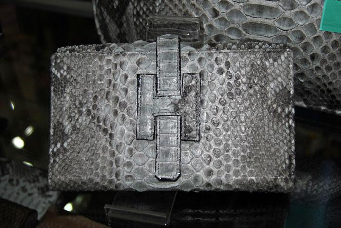 Tas Kulit Ular Sanca Model Hermes Warna Abu-abu TW.80. Ukuran   36 x 26 x  17. Bahan   Kulit Ular Sanca Motif   Kulit Ular Sanca Warna   Abu-abu. Harga    Rp. ... 3f18aec474