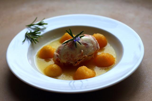 Pochierte Apfelbällchen in Rosmarin-Karamell-Sauce mit Marzipan-Karamell-Apfeleis