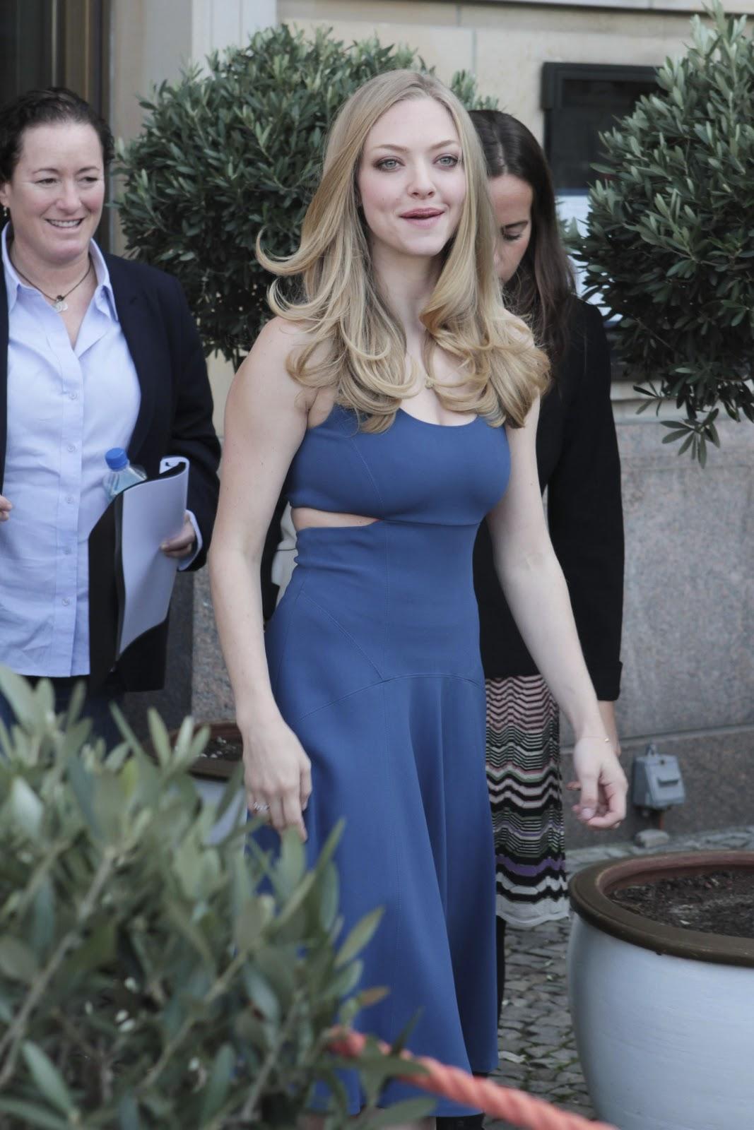 http://3.bp.blogspot.com/-Mz0gOUia3QQ/TtYuGv-UaFI/AAAAAAAAAHA/HfN1C1BZO_c/s1600/amanda-seyfried+blue+dress+%25281%2529.jpg