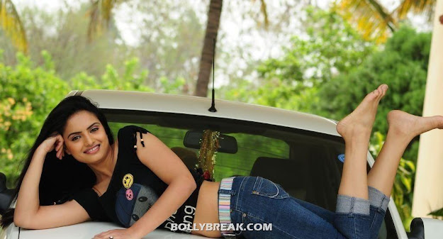 Ritu kaur poses on top of car -  Ritu Kaur Navel Show hot photos