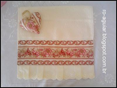 toalha de lavabo com barra de tecido e sachê coração