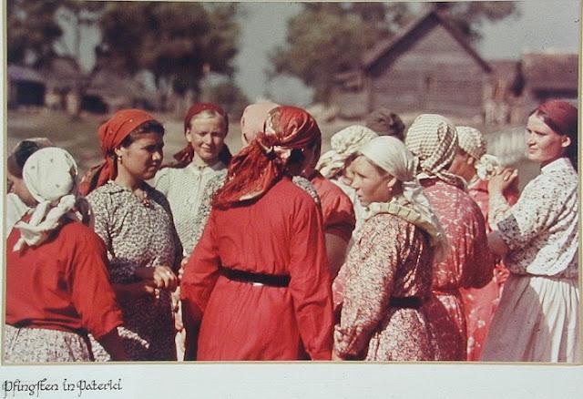 Русские крестьянки на день Святой Троицы.