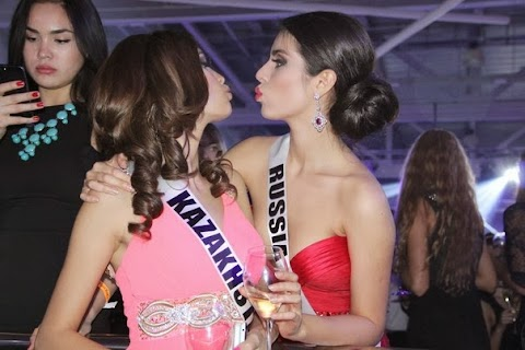 Se besan en la boca Miss Rusia y Miss Kazajistán, Miss Universe 2013