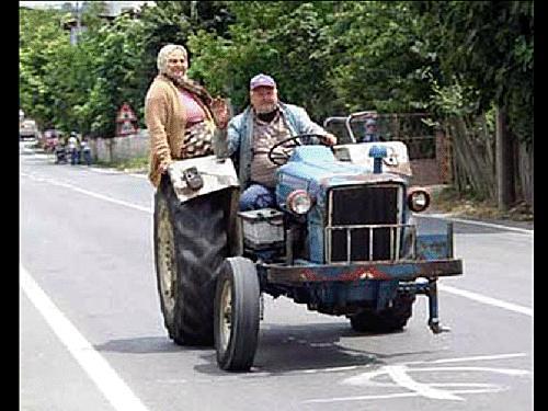 Tracteur roulant avec une roue en moins, sa femme lui sert de poids mort!