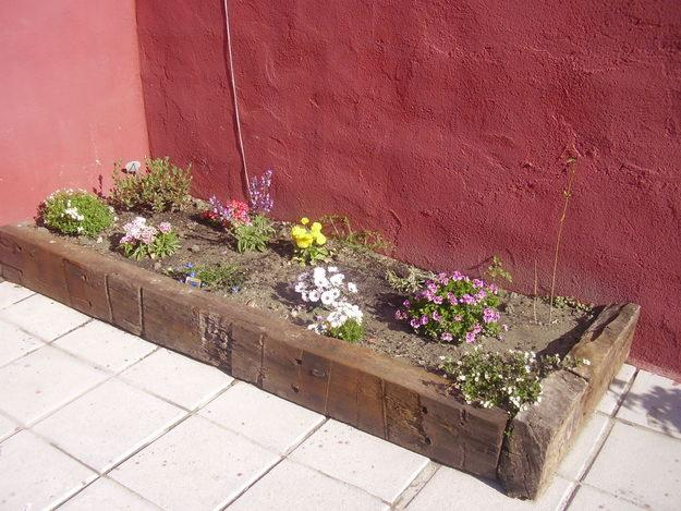 Jardines decorados con encanto madera para exterior - Traviesas de tren para jardin ...