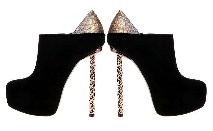 c0699f5e9b7 Η ξεχωριστή συλλογή του Dukas, μεταμορφώνοντας τα τακούνια σε γυναικεία  πόδια ή παίρνοντας την μορφή στιλέτο-κορδόνι, δηλώνοντας έτσι την  θηλυκότητα και τον ...