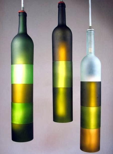 Lampara echa con botellas de vidrio.