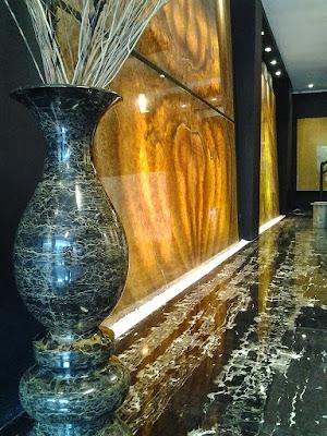 Dinding dengan Golden Crystal Onyx