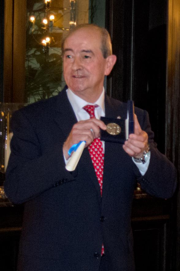 Jaime Reinares recoge la medalla de la FASFIL en nombre del Ayuntamiento de Oviedo