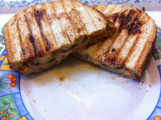טוסט גבינה עם פטריות וסריראצ'ה