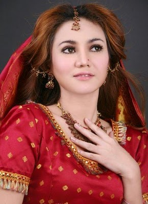 Alinda Keys Indonesian Actress Model Singer Presenter Bikini Saree Photos and Biography Photoshoot images