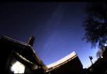 Noční obloha nad domem