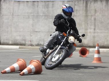 Quem disse que pequenas motos não inclinam como as esportivas? Danilo com sua FAN. Parabéns!