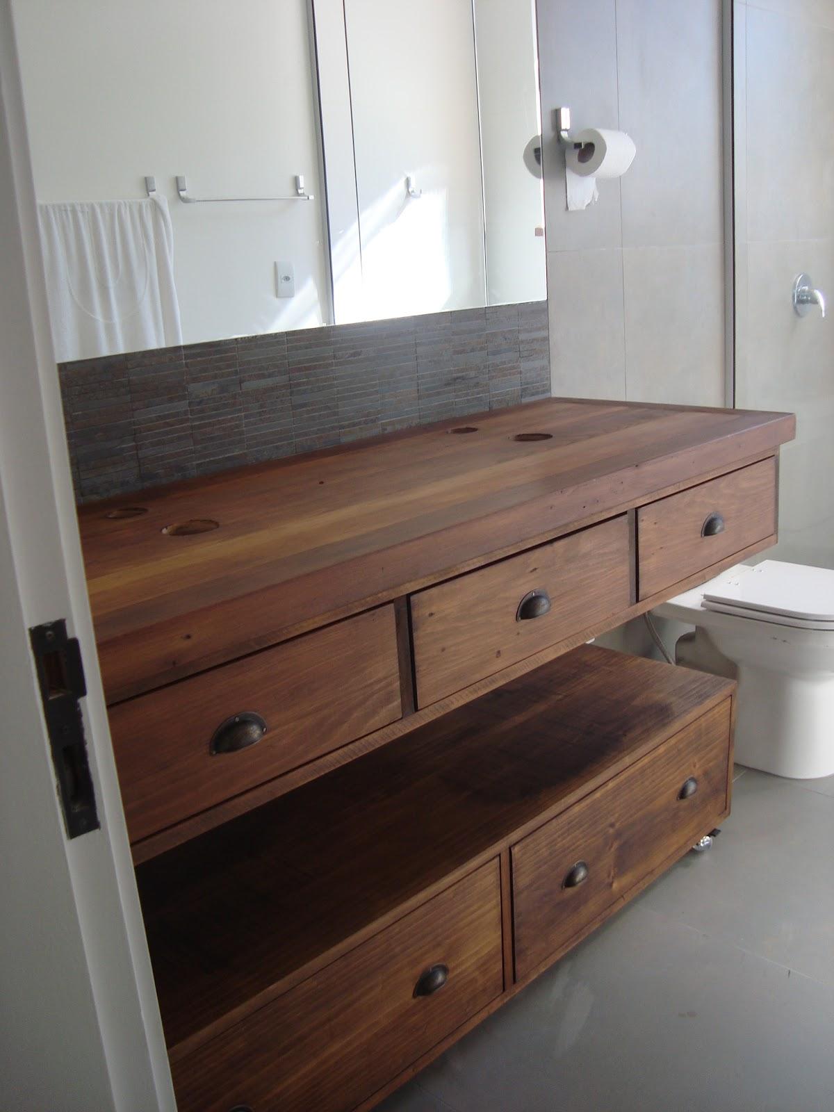 #634435 Marcio Pisoni: Banheiros com Móveis de Madeira de Demolição 1200x1600 px móveis de banheiro de vidro