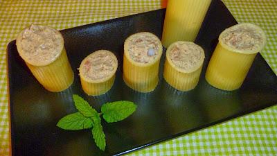 Canelones rellenos de mousse de berenjena, salmón marinado y gambas