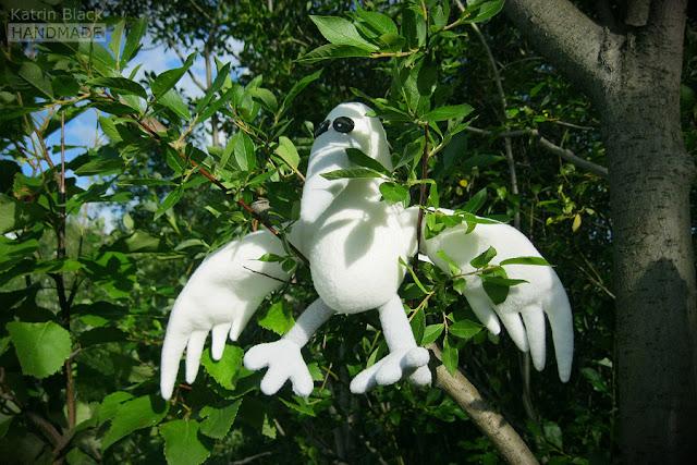 Белая ворона - мягкая игрушка ручной работы.