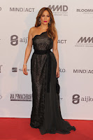 Jennifer Lopez wearing a black dress at the red carpet