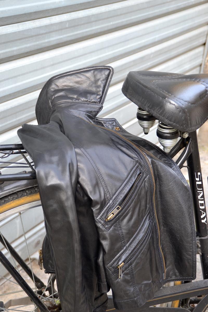 pull noir et blanc rayé Mango, perfecto Isabel Marant, jupe noir H&M, tennis plateforme New Look, montre Cluse, sac a frange Mango et vélo noir avec panier en osier