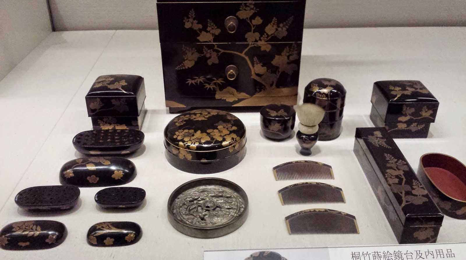 Ancient Japanese makeup kit - the kabuki brush looks quite similar to today's!
