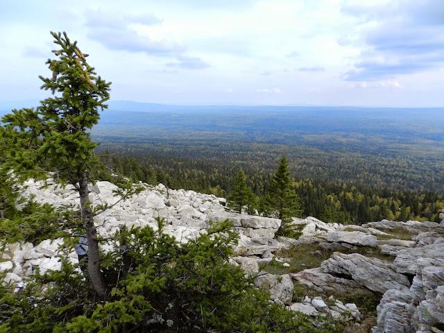 Вид на национальный парк Зюраткуль с вершины хребта Зюраткуль