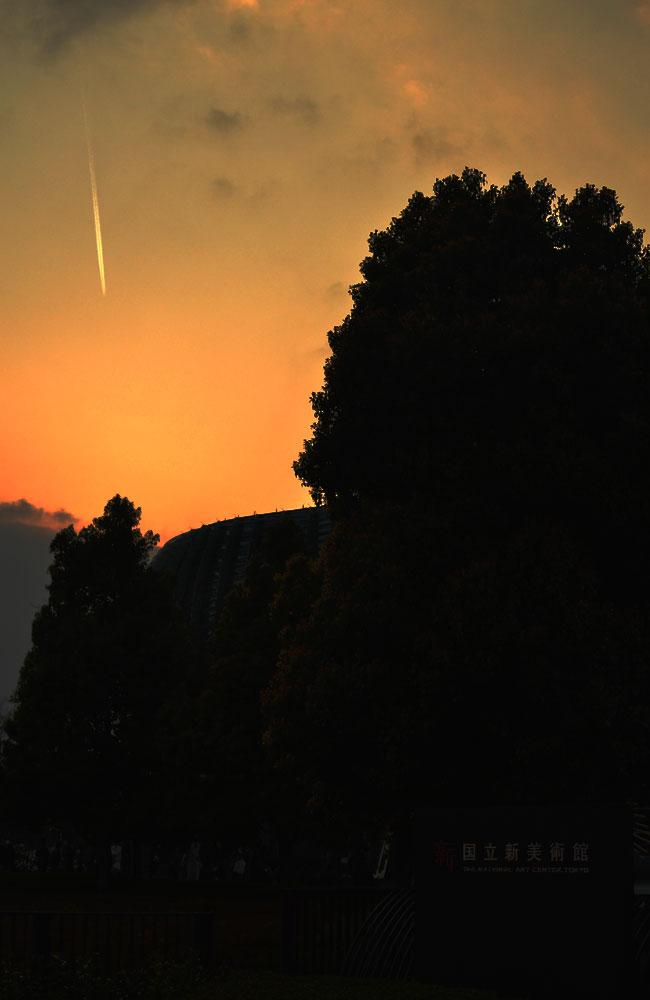 夕方、国立新美術館の入口で見えた飛行機雲の写真