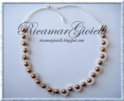 collana onda in brick stitch realizzata con rocailles 15/0 e perle 8 mm