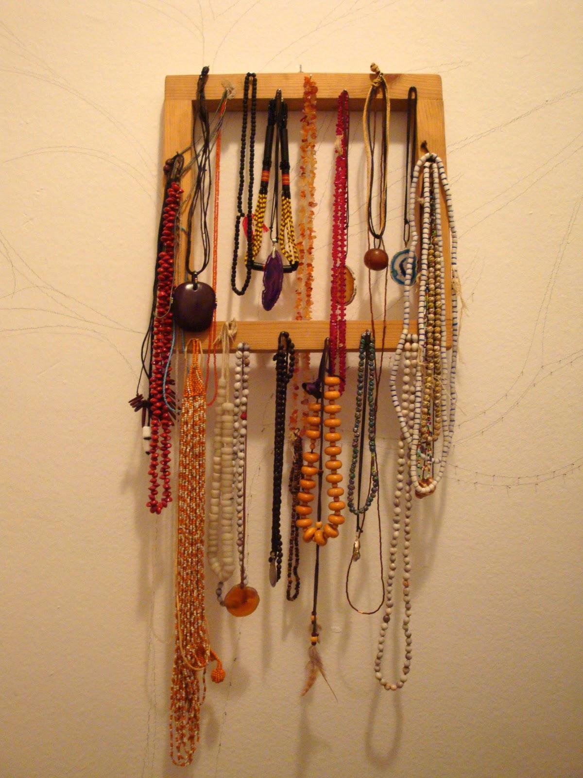 Un marco de madera y unos clavos \u003d se convierten en un porta collares decorativo, práctico y económico.