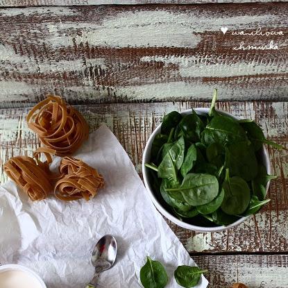 Makaron z sosem śmietanowo-serowo-szpinakowym