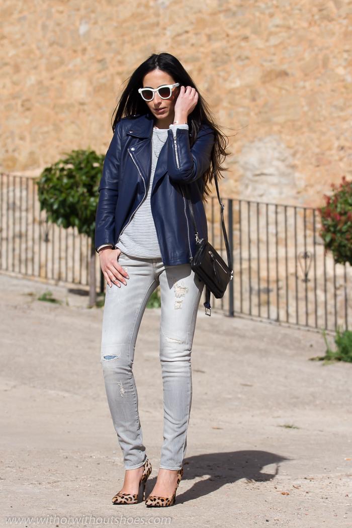 Como combinar una chaqueta de cuero azul con jeans