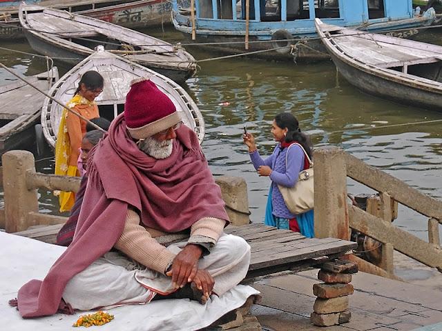 Indien assis sur les rives du Gange
