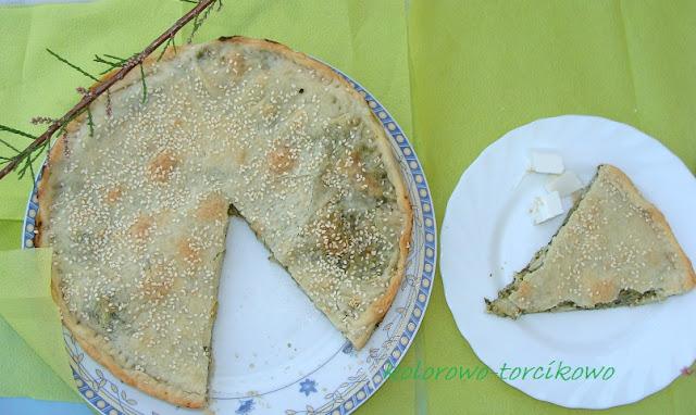 Placek z ciasta filo z cukinią, szpinakiem i fetą