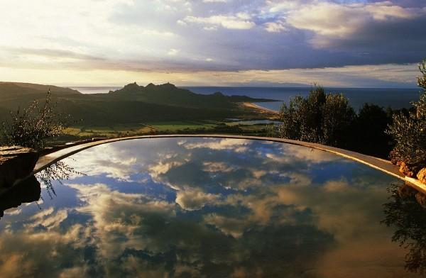 vista de la piscina con vistas al mar atardecer