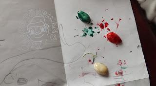 Szöveg: Alakulnak a zászlónak-menendők... Kép: megtűrt rajzlapon, egy rajzolt kislányarc látszik félig. A héjak körül piros-fehér-zöld vízfesték pacákkal van tarkítva  a lap.