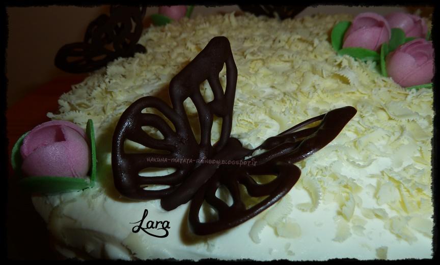 torta decorata con farfalle di cioccolato e compleanno blog: 5 anni!!