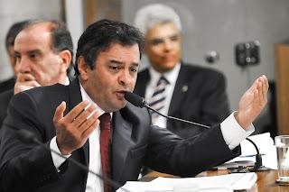 Aécio Neves : líder da oposição