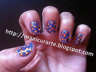 Manicura flores naranjas sobre azul