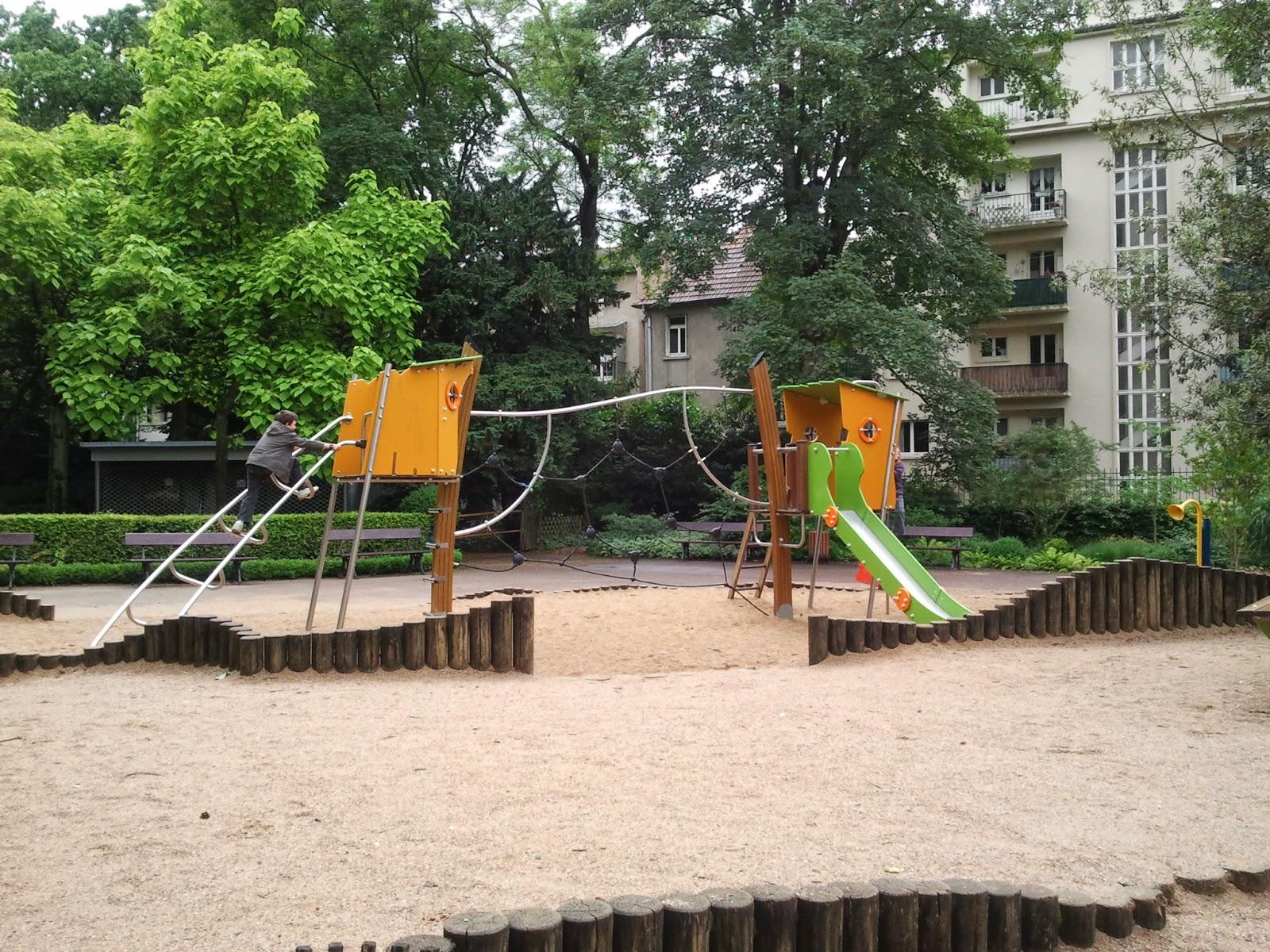 enfants avant après parc jeux jouer parents couple