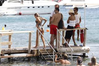 عارضة الأزياء الهولندية سيلفي ميس في صور مثيرة بملابس السباحة في إيبيزا