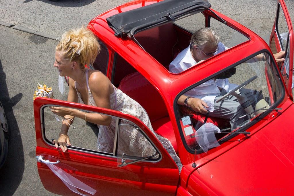 La mariée sort de la voiture