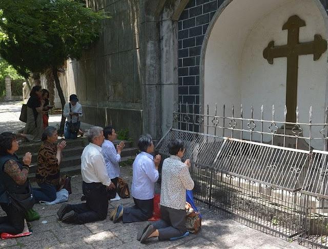 Católicos rezam na festa de Nossa Senhora Auxiliadora e de Sheshan, padroeira da China.