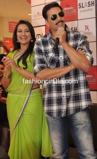 Sonakshi sinha lime green sari hot pic -  Akshay Kumar and Sonakshi Sinha Rowdy rathore promotion