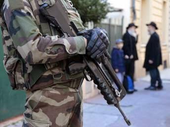 Homem armado com faca fere militares em centro cultural judaico de Nice